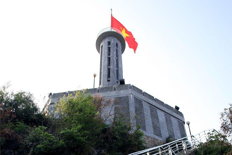 Cột cờ Tổ quốc trên đỉnh núi Rồng