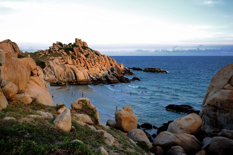 Cù Lao Câu được bao bọc bởi hàng vạn khối đá hình thù khác nhau