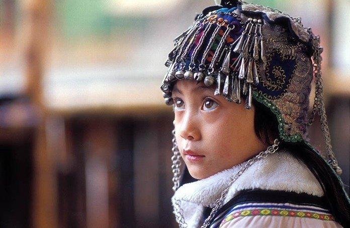 Một cô bé Hà Nhì với chiếc mũ đặc trưng