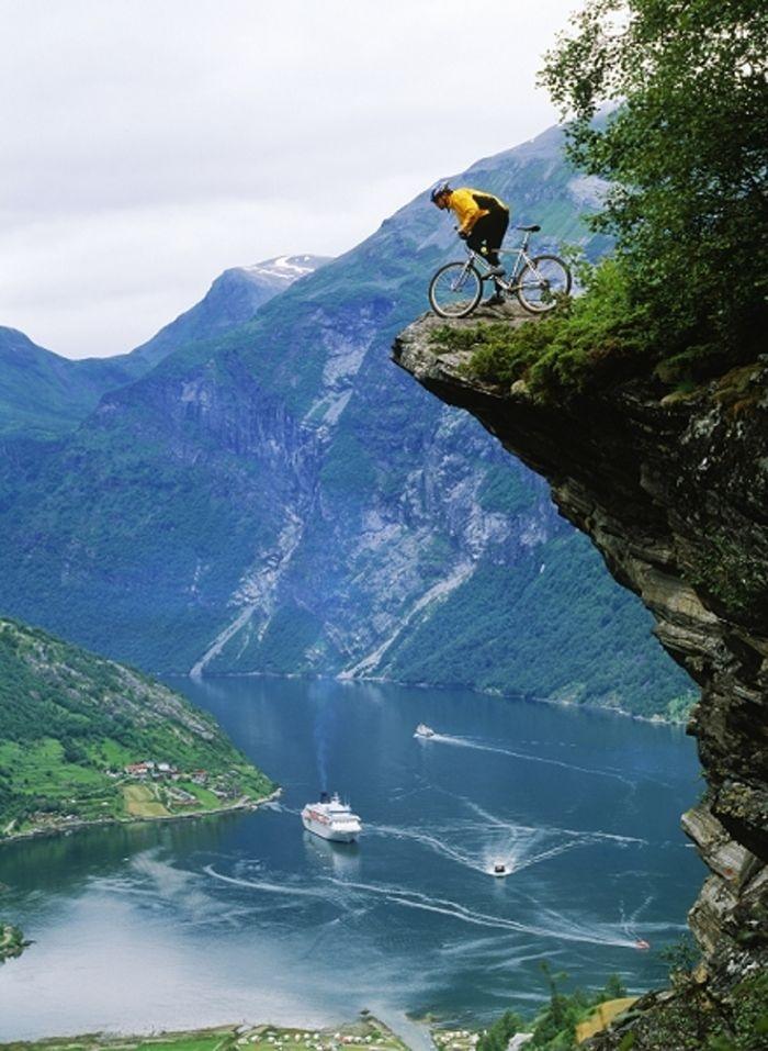Đạp xe mạo hiểm