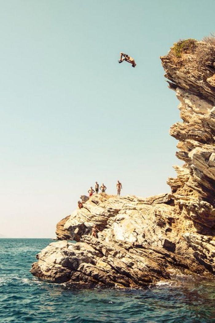 Nhảy xuống biển từ vách đá cao