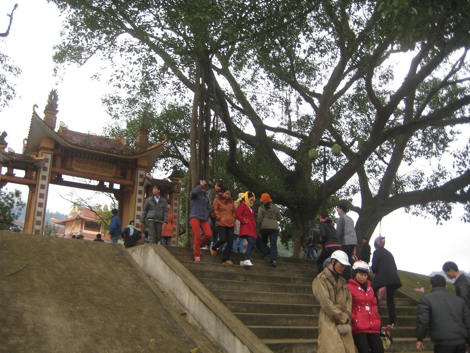Du khách đến đền Cửa Đại Thanh Hóa
