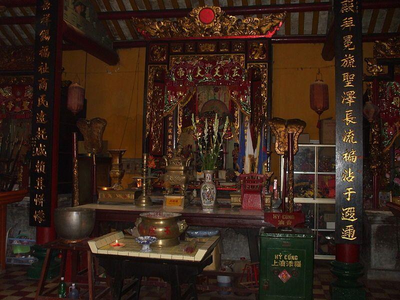 Bên trong điện chính chùa Ông Bắc An Giang
