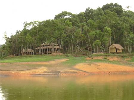 Những ngôi nhà thấp thoáng trên hồ