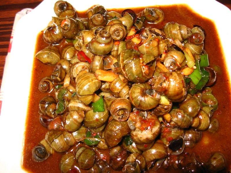 Ốc hút nóng hổi với hương thơm của sả và vị cay của ớt sẽ hơi kén người ăn vì độ cay của nó