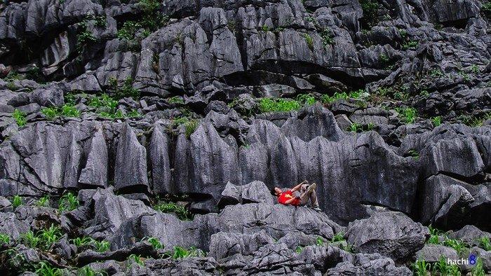 Rừng đá tại Lũng Táo với đủ hình thù to nhỏ xếp chồng chéo nhưng cùng chung một màu đen xám hoang hóa.