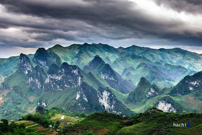 Khu vực Ngam La - Lũng Hồ - Du Già với đa dạng địa hình, cảnh quan hùng vĩ với cả ruộng bậc thang và núi đá.