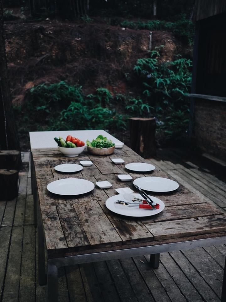 Sân vườn thoáng đãng, thích hợp cho các bữa ăn ngoài trời - Ảnh: sưu tầm