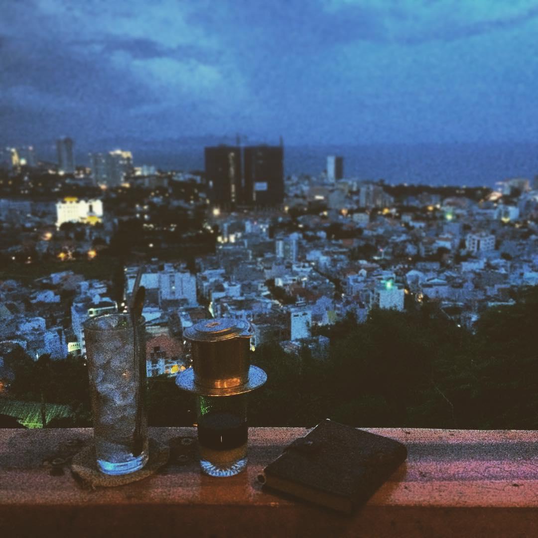 Đêm về, vị trí này càng lãng mạn hơn khi ngắm nhìn thành phố lên đèn, tận hưởng ngọn gió trong lành mát mẻ, không gian tĩnh mịch yên bình - Ảnh: IG Ly Sei