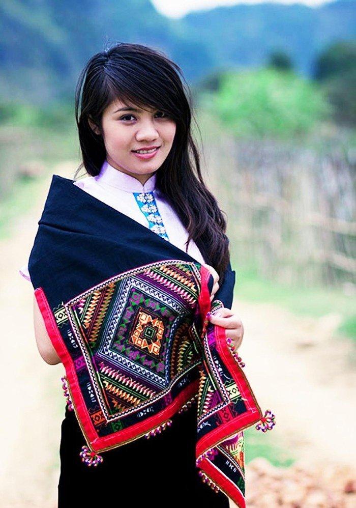 Đẹp nên thơ cô gái Thái cùng chiếc khăn Piêu miền sơn cước