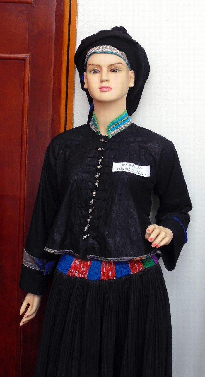 Các bộ trang phục Nùng truyền thống lấy màu chàm làm chủ đạo
