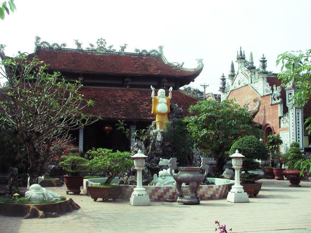 Khuôn viên Chùa Vẽ Hải Phòng