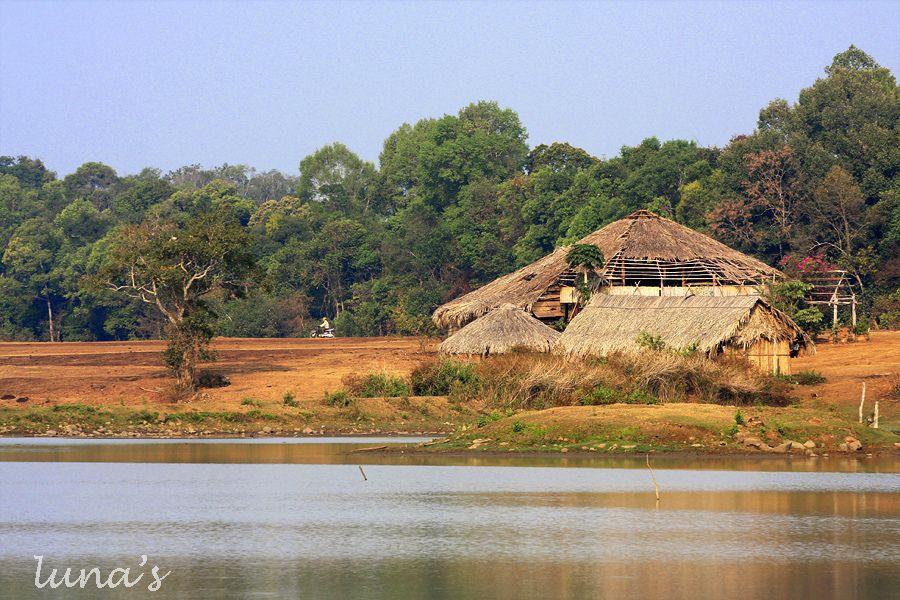 Du khách có thể tản bộ ngắm cảnh, câu cá trên nền cỏ của trảng