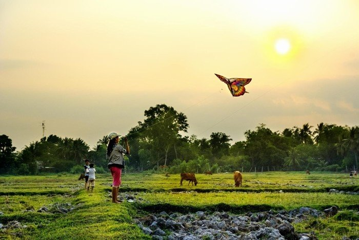 Hoàng hôn buông bên những cánh diều của trẻ con nông thôn