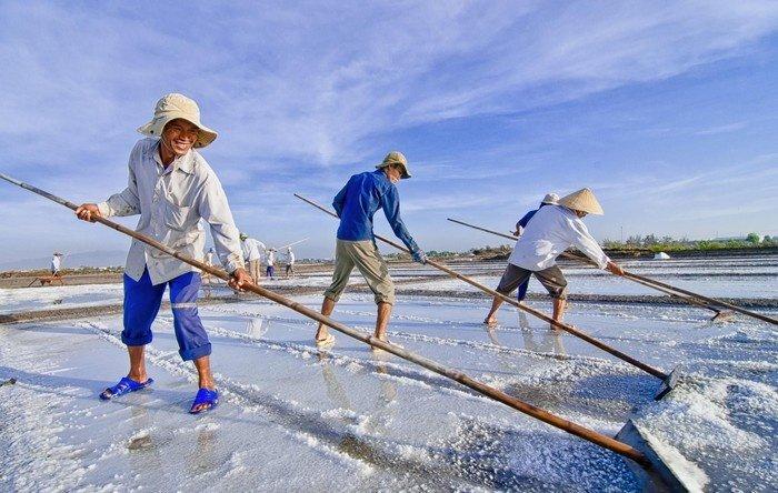 Nụ cười người dân làm muối  ở Cà Ná