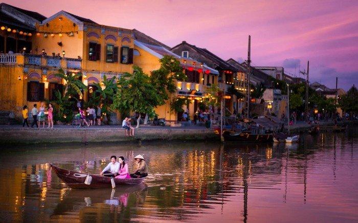Bên bờ sông Hoài, hình ảnh một Hội An quyến rũ dưới ánh hoàng hôn