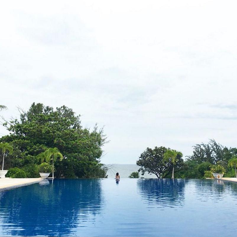 Hồ bơi cao cấp của Victoria resort - Ảnh: Instagram @julieythe1st
