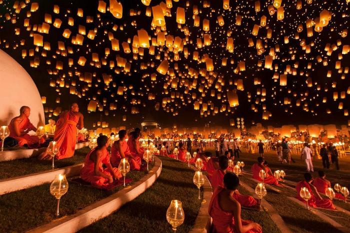 Hàng trăm nghìn chiếc đèn được thả lên cùng lúc ở Yi Peng