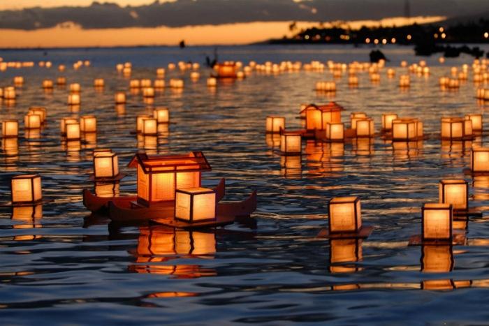 Lung linh đèn thả trôi sông Nhật Bản