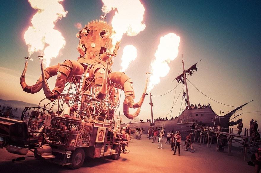 Tác phẩm phun lửa của nghệ sĩ El Pulpo Mecanico gây ấn tượng với người xem ở Burning Man
