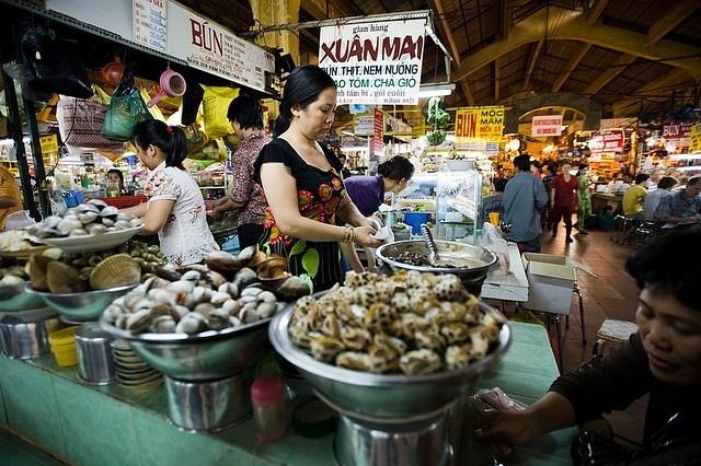 Các món ăn ở chợ Bến Thành luôn thu hút du khách đến thưởng thức