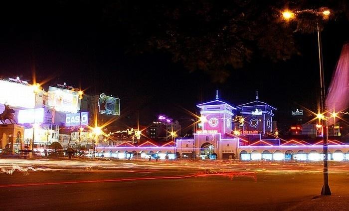 Chợ Bến Thành lung linh trong ánh đèn