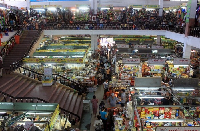 Các mặt hàng quần áo, giày dép cũng rất phong phú trên tầng 1 ở chợ Hàn
