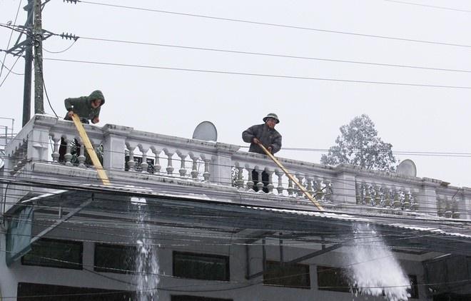 Cào tuyết trên ban công, mái nhà Sapa