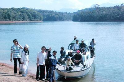 Du khách đến hồ Pa Khoang