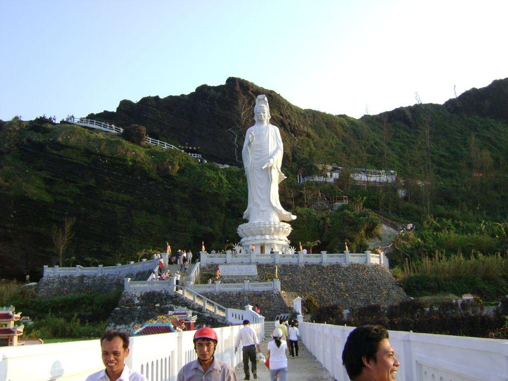 Có hơn 100 bậc thang men theo sườn núi dẫn đường lên chùa Đục