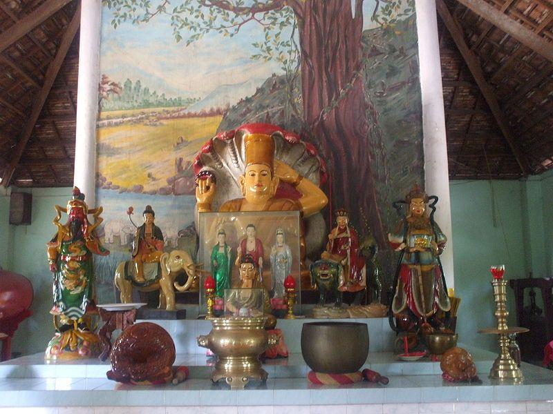 Điện thờ trong chùa Linh Sơn An Giang