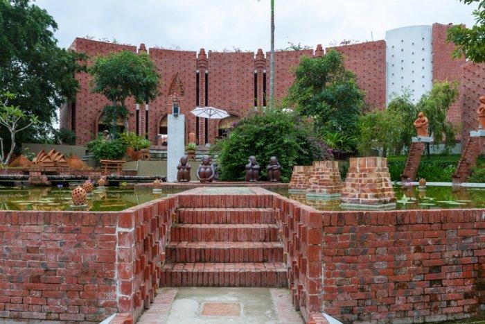Công viên  Bảo tàng đất nung được kiến trúc sư Nguyễn Văn Nguyên thiết kế và làm chủ bao gồm hai tòa nhà chính biểu trưng cho hai loại lò nung gốm của Thanh Hà.
