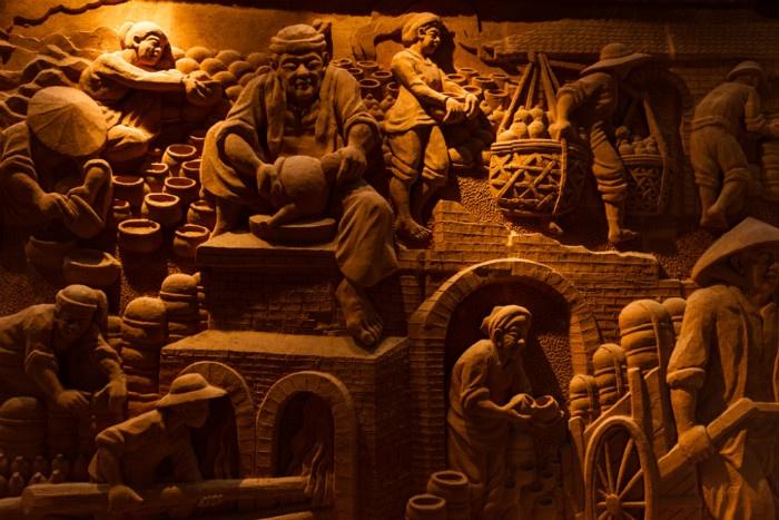 Trong tầng 3 tòa nhà này có các bức tranh gốm khổ lớn tái hiện lại các hoạt động của làng nghề Thanh Hà