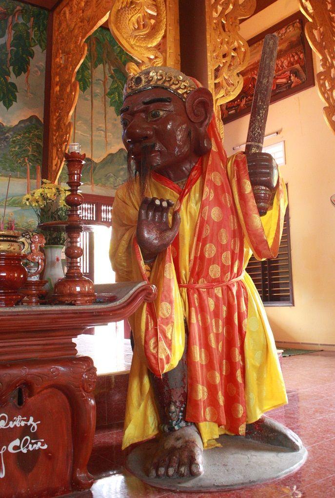 Tượng đá bên trong chùa Nhạn Sơn Bình Định