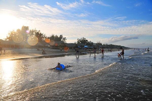 Những tia nắng ban mai trên bờ biển Hải Hòa