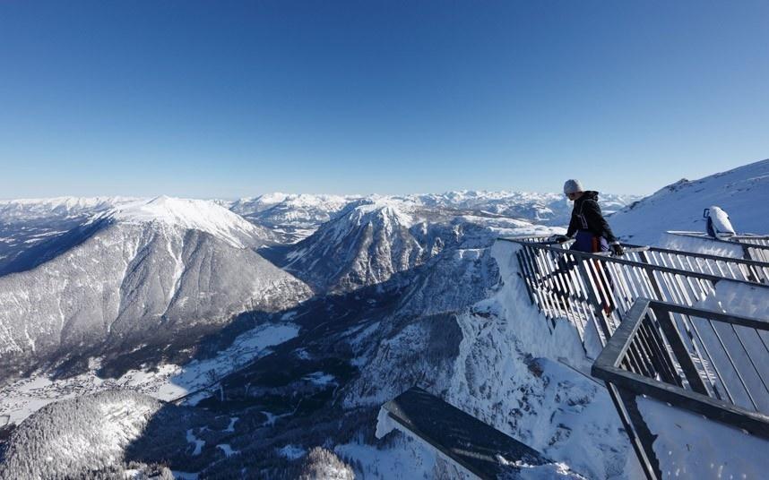 Đài quan sát trên dãy Alps, Áo có 5 lối đi bộ nhô ra khỏi vách núi như 5 ngón tay để nhìn xuống dưới.