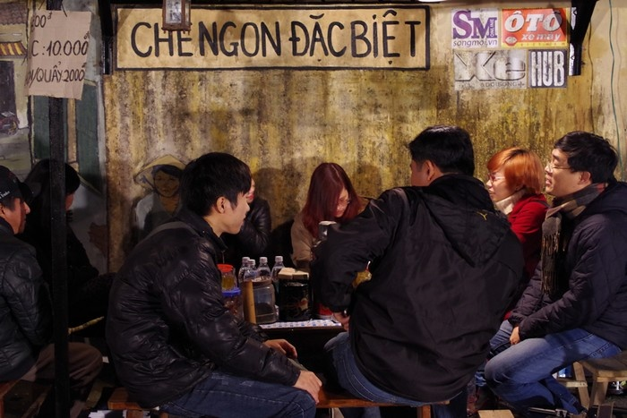 Các bạn trẻ có cơ hội trải nghiệm những nét rất Hà Nội như ngồi quây quần bên quán cóc thưởng thức cốc chè thơm và trò chuyện với bạn bè.