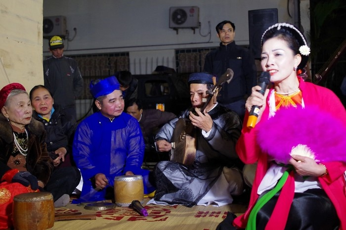 Ký ức Hà Nội còn cho người xem cơ hội thưởng thức ca trù, chầu văn ngay giữa không gian tái hiện các khu phố hàng.