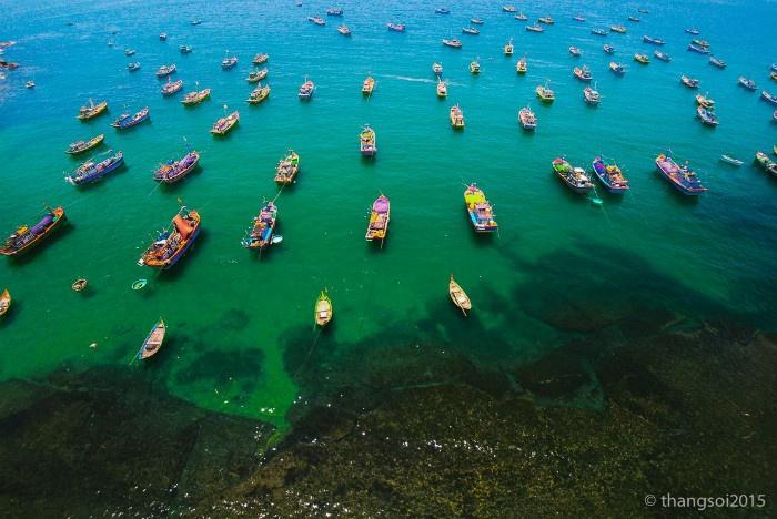 Thuyền và biển dừng bên bờ biển trong vắt của Phú Yên