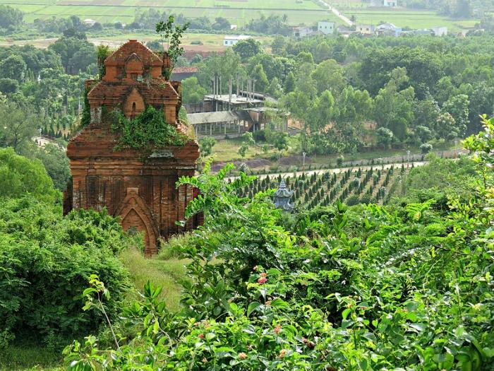 Tháp Bánh Ít nổi tiếng thế giới về kiến trúc Chăm pa đặc sắc