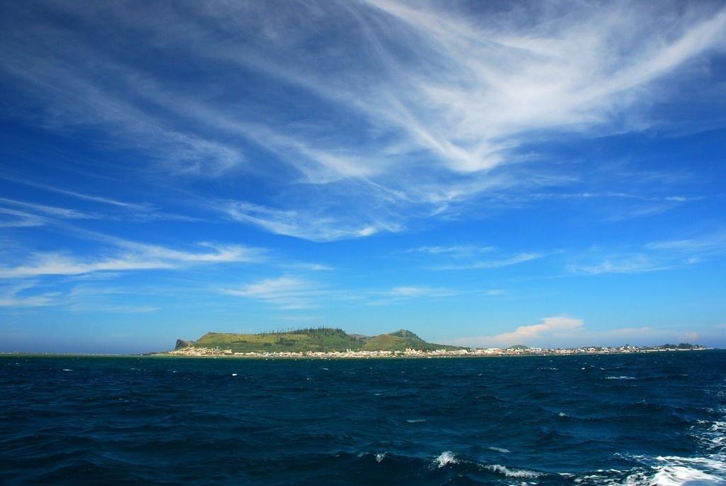 Đảo Lý Sơn được bao quanh bởi biển xanh ngắt một màu