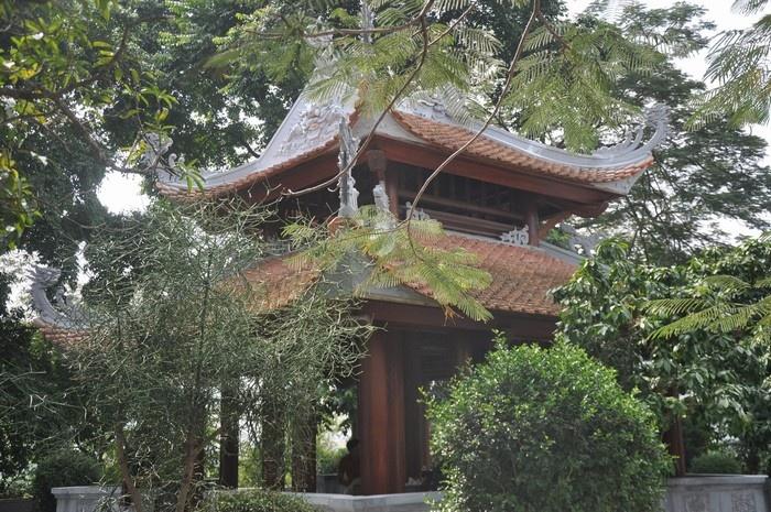 Nghênh Phong Các - Lầu đón gió, tòa lầu được Trương Hán Siêu, một vị quan lớn trải qua 4 triều vua Trần cho xây dựng trên đỉnh núi Non Nước Ninh Bình