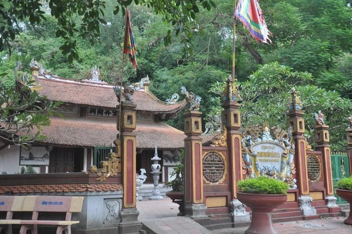Đền thờ danh nhân Trương Hán Siêu ngay dưới chân núi Non Nước