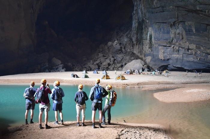 Du khách du lịch Quảng Bình mê mẩn vẻ đẹp của hang Én