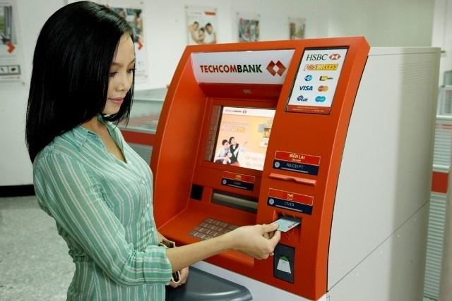 Thay vì đổi ngoại tệ hay mang tiền mặt bạn có thể dùng thẻ tín dụng hoặc thẻ ATM