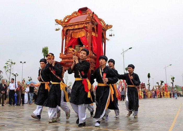 Rước lễ vật từ 13 trại về dâng Thành Hoàng làng