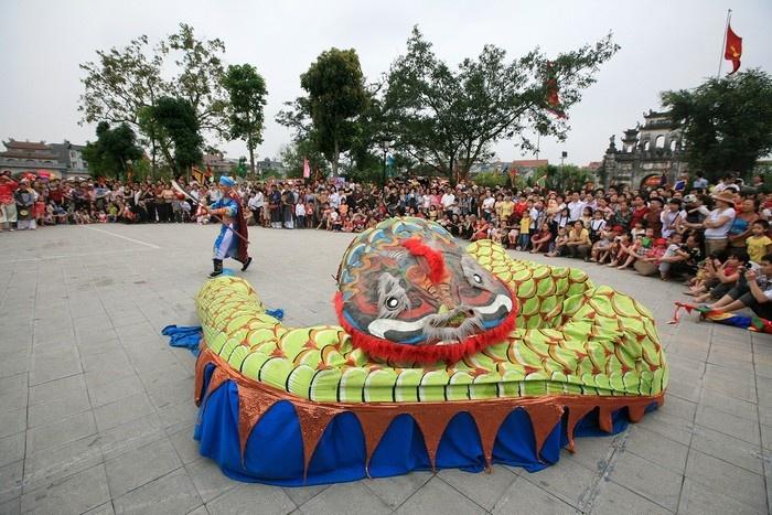 Múa rắn để tưởng nhớ công ơn khai thiêng lập địa của đức thành Hoàng làng