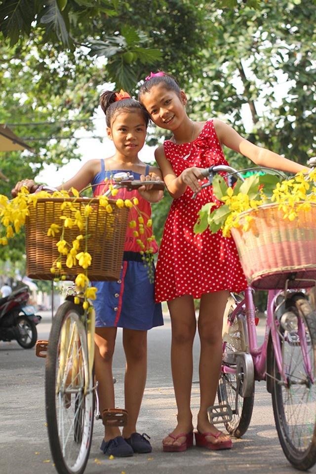 Những đứa trẻ hí hửng trước vẻ đẹp rực rỡ của hoa bò cạp vàng