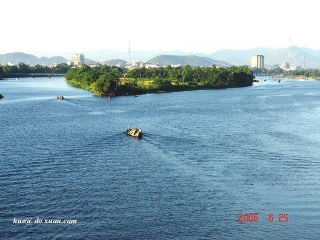 Thôn Vĩ Dạ-Cồn Hến nằm ở hạ nguồn sông Hương thơ mộng