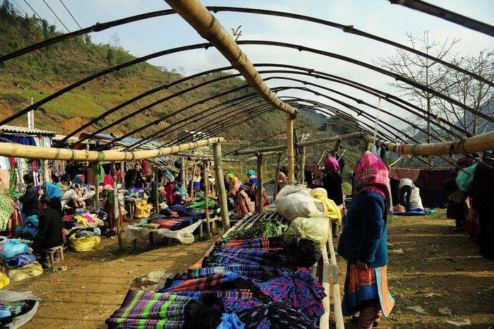 Cán Cấu là phiên chợ họp thường niên của người Mông Hoa, người Giáy